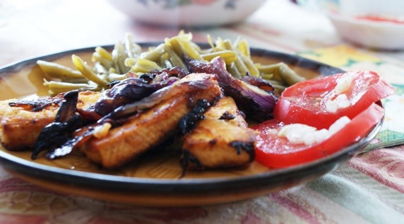 Smażony ser tofu z warzywami – przepis na pyszny i zdrowy obiad.