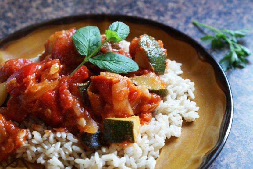 Łatwe i szybkie wegetariańskie leczo z cukinią i papryką – przepis
