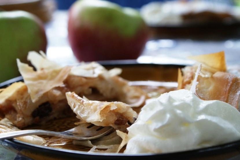 Prosty przepis na aromatyczny strudel jabłkowy w cieście fillo