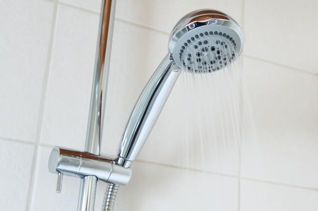 3 sposoby na usunięcie osadu z prysznica
