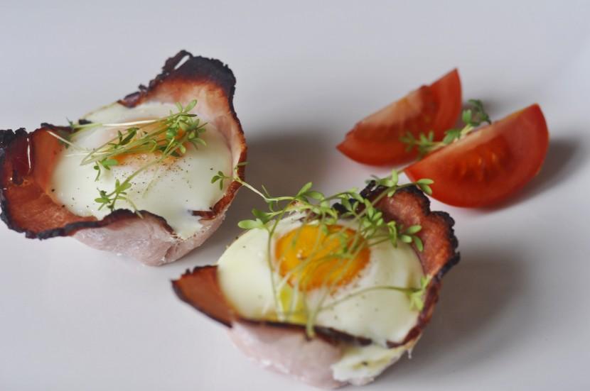 Pieczone jajka na szynce – pomysł na pyszne śniadanie
