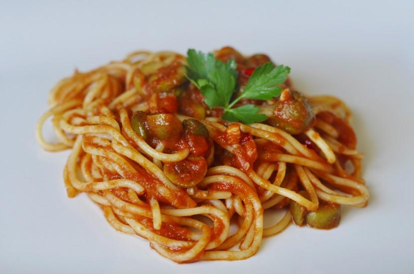 Spaghetti puttanesca przepis na prosty makaron