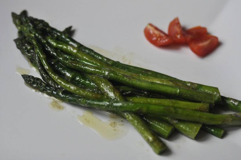 Szparagi w sosie maślanym z białym pieprzem