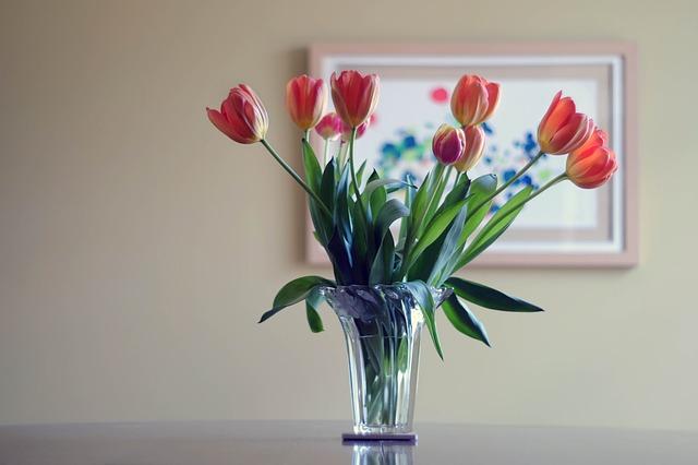 Co zrobić żeby kwiaty dłużej stały w wazonie?