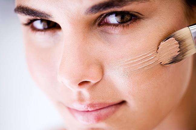 Makijaż do cery mieszanej ze skłonnością do podrażnień – jak go wykonać, by zapobiec błyszczeniu się skóry na czole i zaczerwienieniom na policzkach?