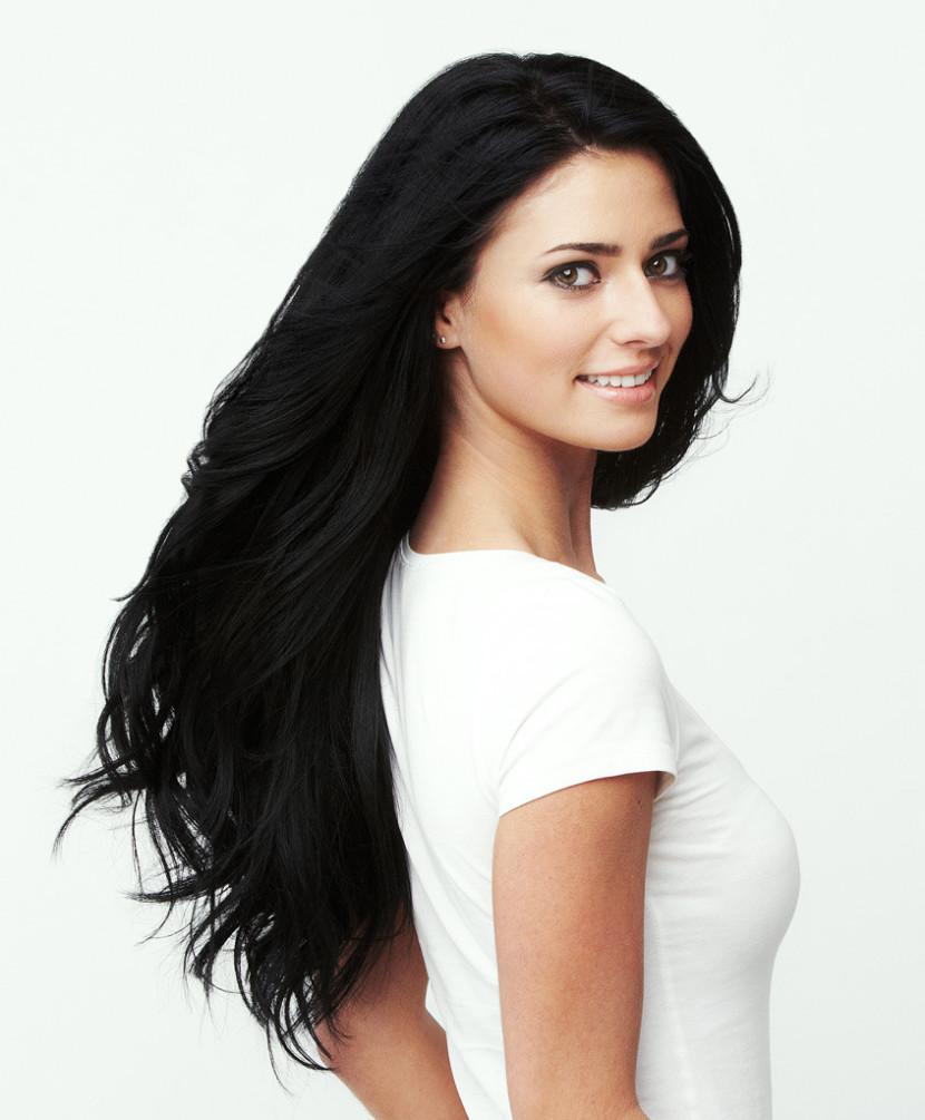 Czarne włosy – dla kogo są i jak je pielęgnować, aby zachować głęboki kolor i błyszczący odcień?