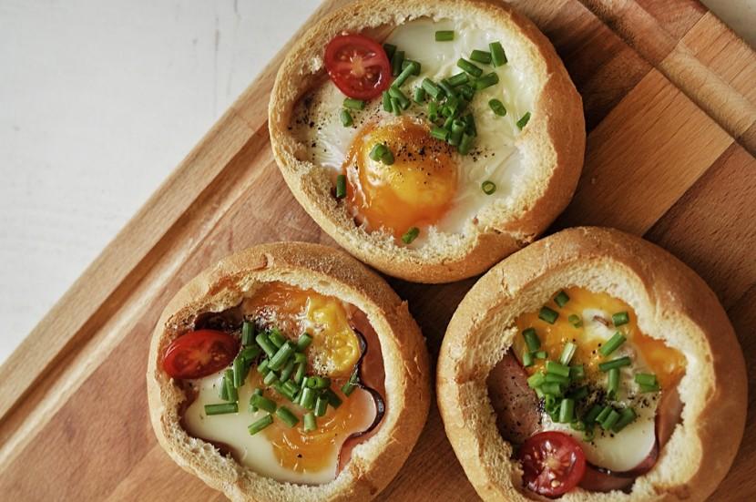Co zrobić na śniadanie? Pyszne jajka zapiekane w bułce.