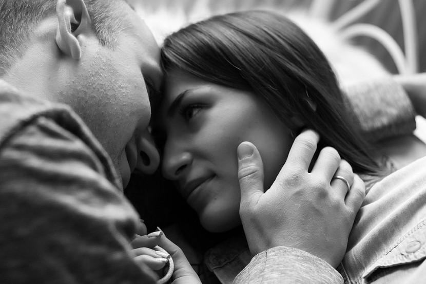 Jak flirtować z facetem, by zawrócić mu w głowie?